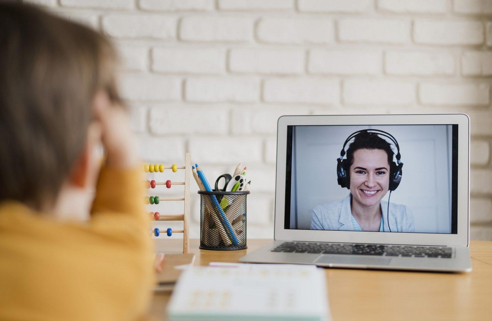 alunos estão aprendendo com as aulas online