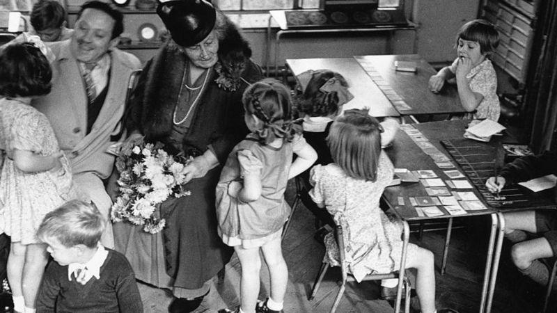Maria Montessori e seu filho Mario em uma escola escola montessoriana