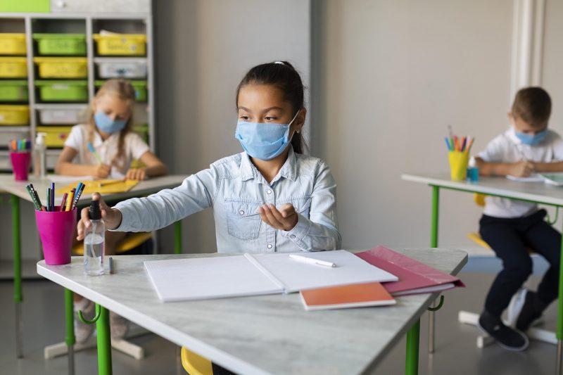 Como monitorar os sintomas de COVID-19 na escola